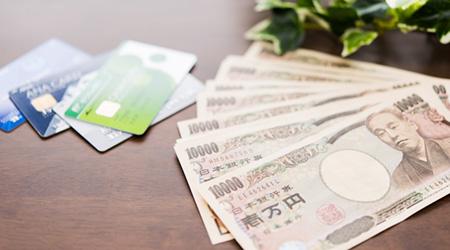 クレジットカードと現金をイメージさせる写真